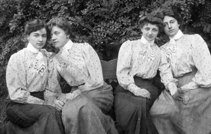 971559dcf0c9 Az első világháború alatt és után részben a háborús anyaghiány, részben a  megváltozott életkörülmények miatt egyre rövidültek a szoknyák.
