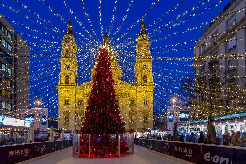 Vásár a Bazilika előtt karácsonykor.