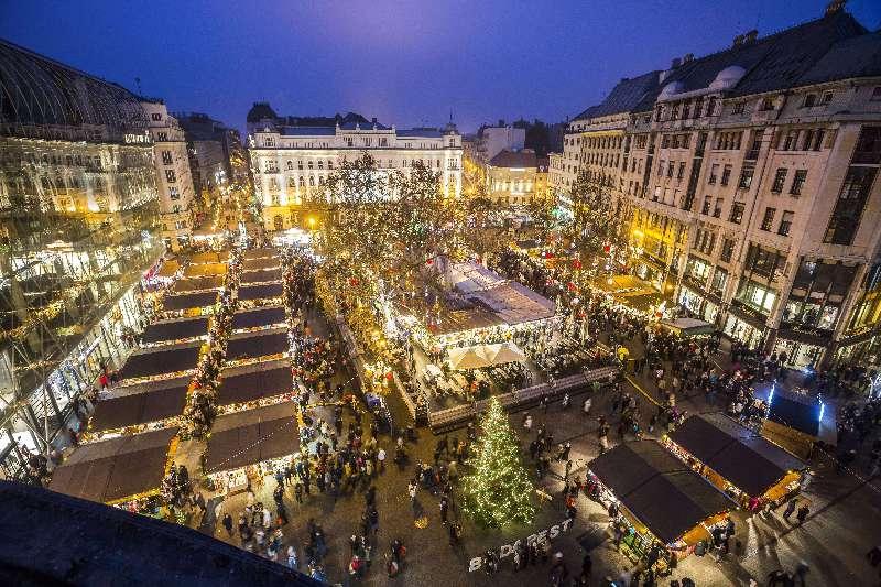 Karácsonyi vásár a Belvárosban, a Vörösmarty téren.