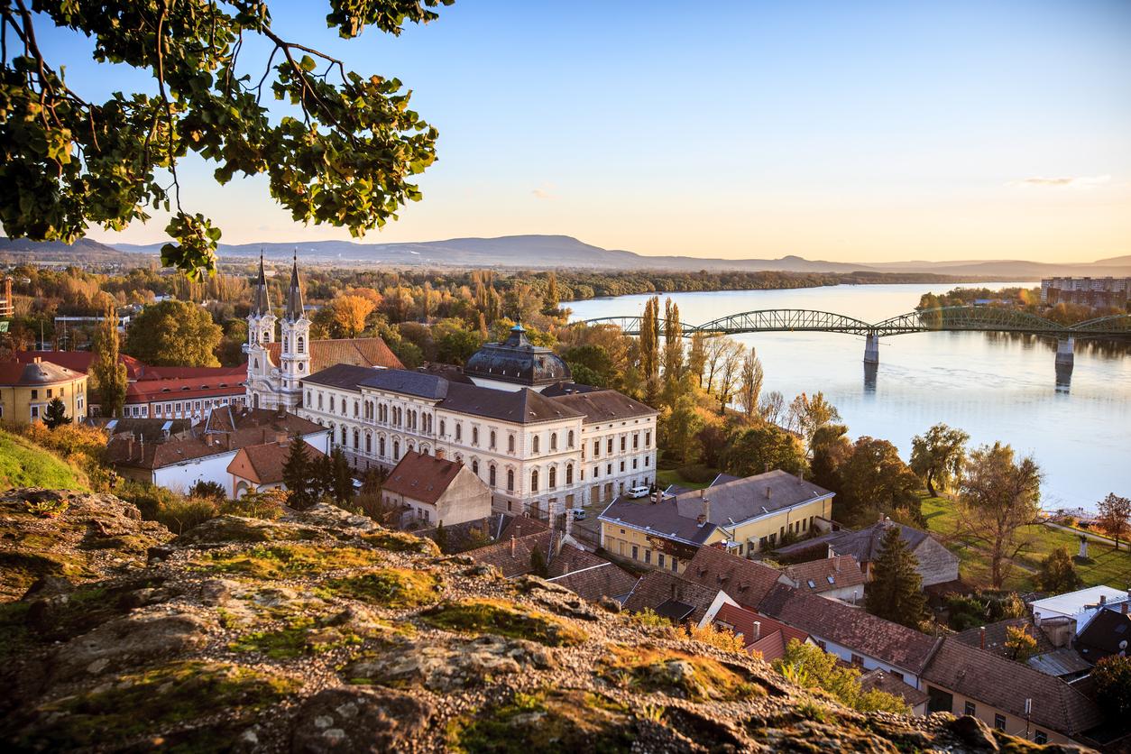 Esztergom óvárosa, háttérben a Mária Valéria híddal.