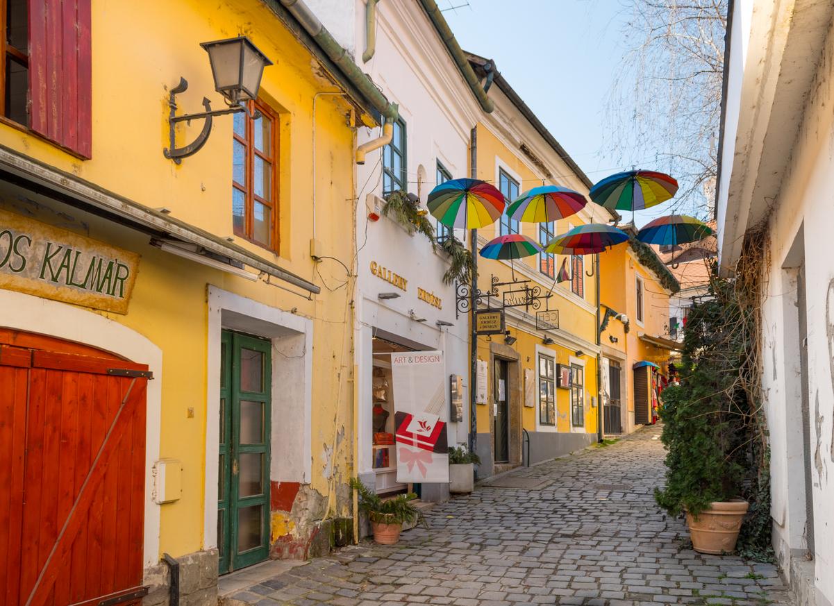Szentendrei, mediterrán jellegű szűk utca.