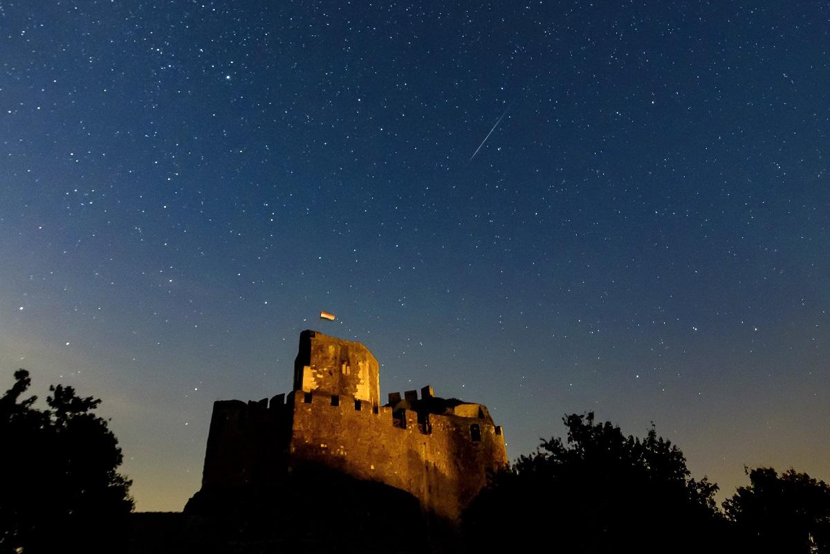 Meteor a hollókői vár felett.