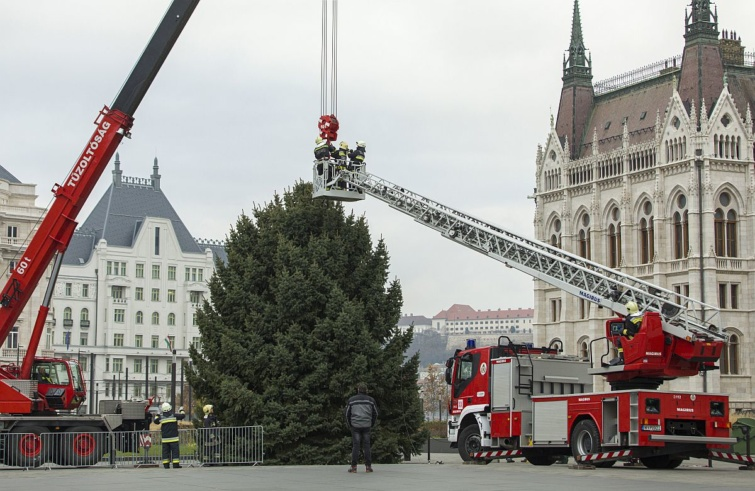 karácsony Budapest Országház karácsonyfa