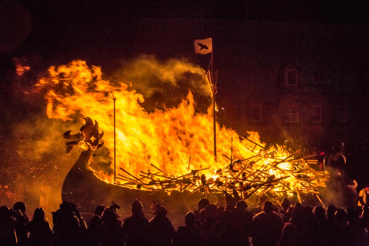 Vikingnek öltözött fesztiválozók gyújtanak fel egy klasszikus skandináv hajót Lerwickben.