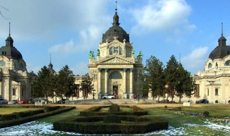 A Széchenyi Gyógyfürdő reneszánsz stílusú épülete Budapesten, a Városligetben