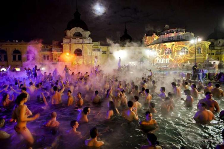 Éjszakai fürdőzés a Széchenyi Gyógyfürdő medencéjében.