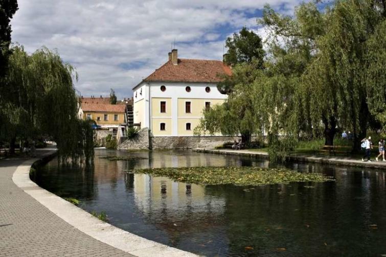 A tapolcai Malom-tó partján álló szálloda, melyet a régi malomból alakítottak ki.