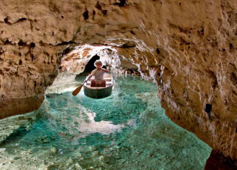Csónakázó a Tapolcai-tavasbarlang egyik járatában.