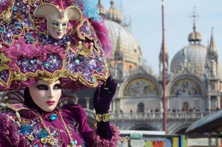 Nő karneváli viseletben Velencében.