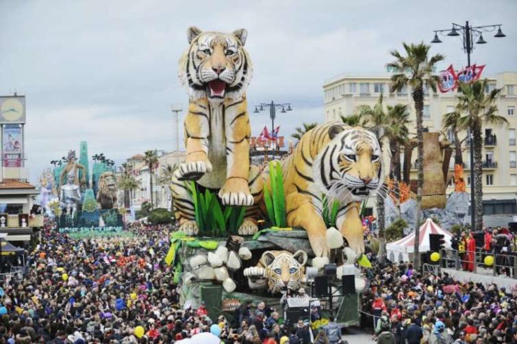 Hatalmas papírmasék kísérik a tömeg vonulását a Viareggio-i karneválon.