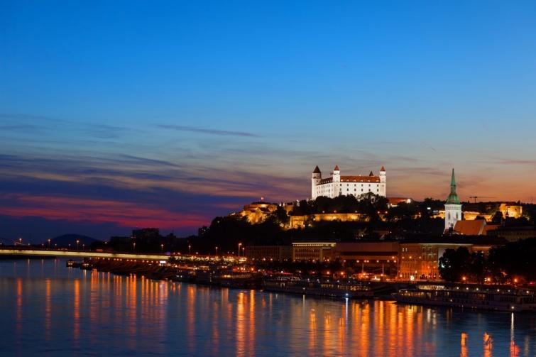 Pozsony és a Duna naplementekor.