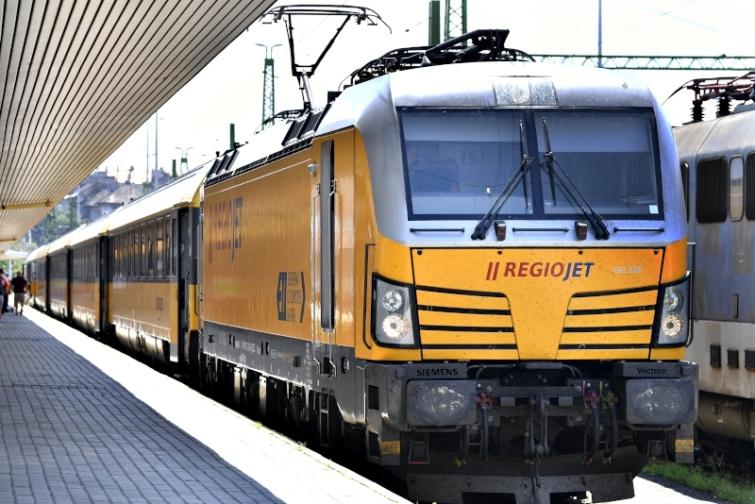 A cseh magántulajdonú vasúttársaság ettõl a naptól új, naponta kétszer oda-vissza közlekedõ vasúti járatot indított a Budapest-Bécs-Brünn-Prága útvonalon.