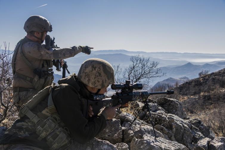 Airsoftos mesterlövész csapat harc közben.