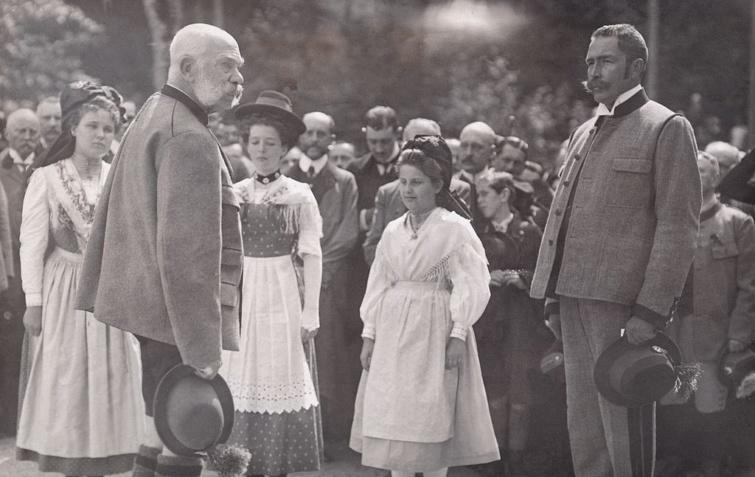 Wurmbrand gróf beszéddel köszönti Ferenc József császárt és királyt Bad Ischl-ben.