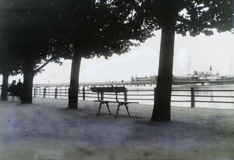 A kikötő és a fürdőház a mai Tagore sétányról nézve.