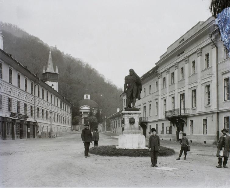 A Herkulesfürdői Herkules-tér, 1904-ből.