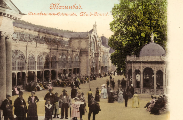 Emberek a fürdő előtt Marienbadban.