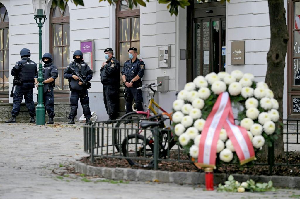 Így emlékeznek meg a bécsi terrortámadás áldozatairól – fotók