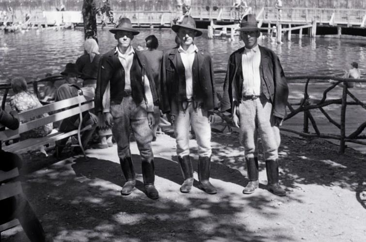 Népviseletben öltözött férfiak a szovátai Medve-tónál.