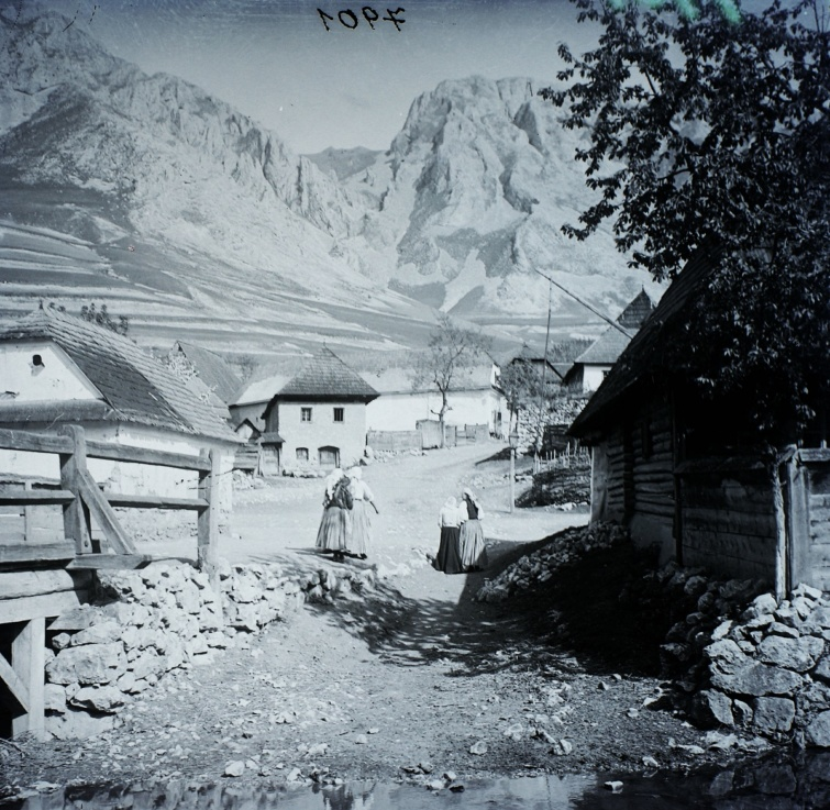 Erdély, Torockó, háttérben a Székelykő, 1907-ből.