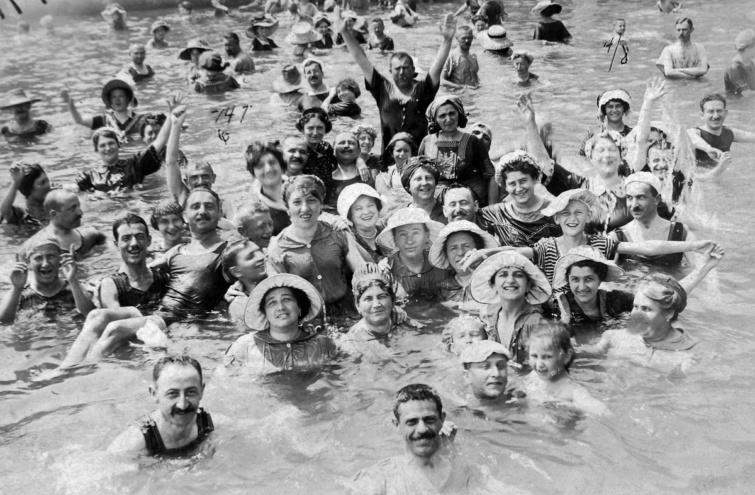 Fürdőzők Abbáziában 1903-ból.