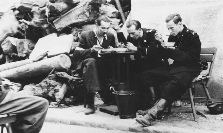 A harcok szünetében étkező lengyel felkelők, 1944, Varsó.
