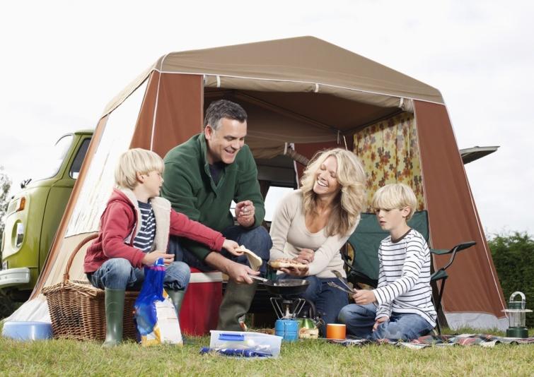 Kempinegzés közben főző család.