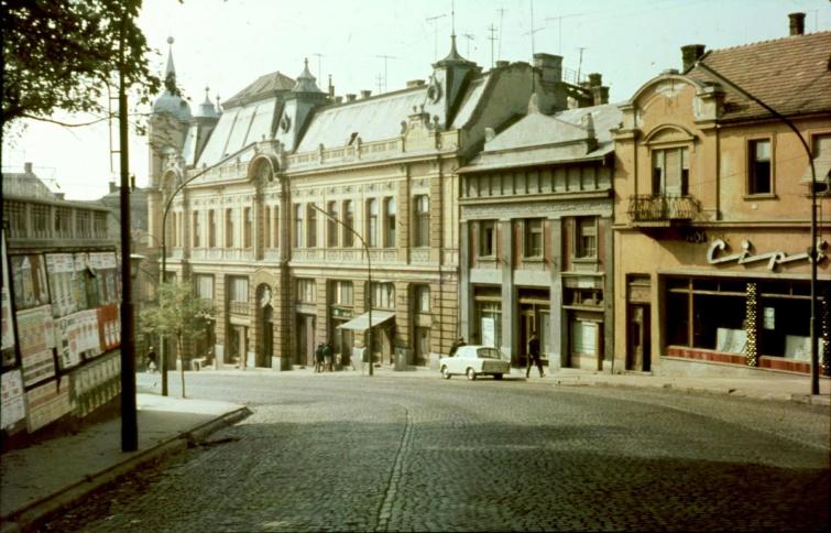 A veszprémi Kossuth utca alja a Takarékpénztár épületével, 1966-ból.