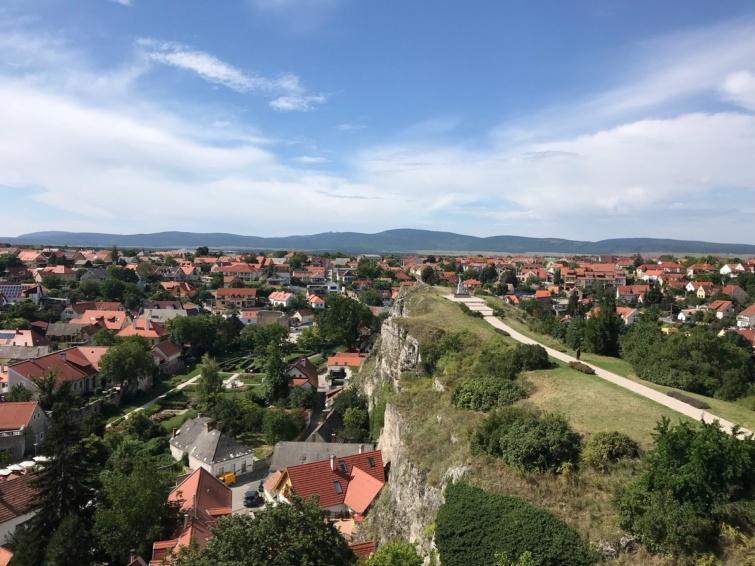 Veszprém látképe a várból, szemben a Benedek-hegy.