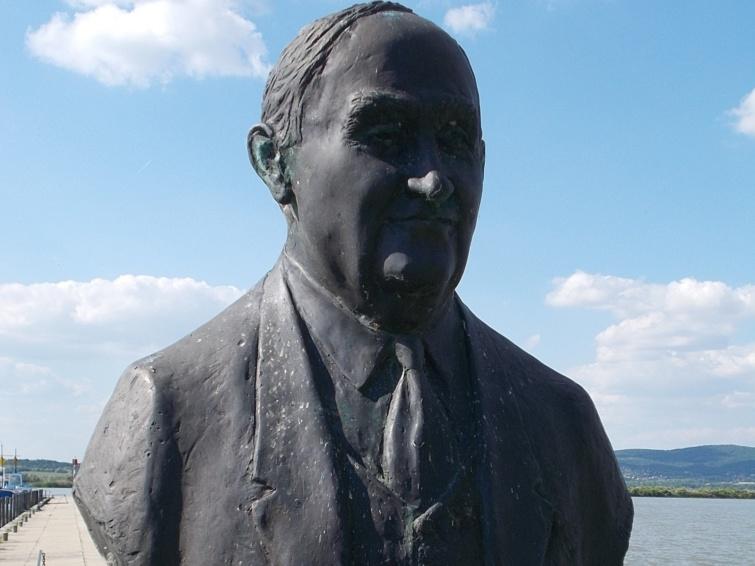 Dr. Springer Ferenc szobra Agárdon.