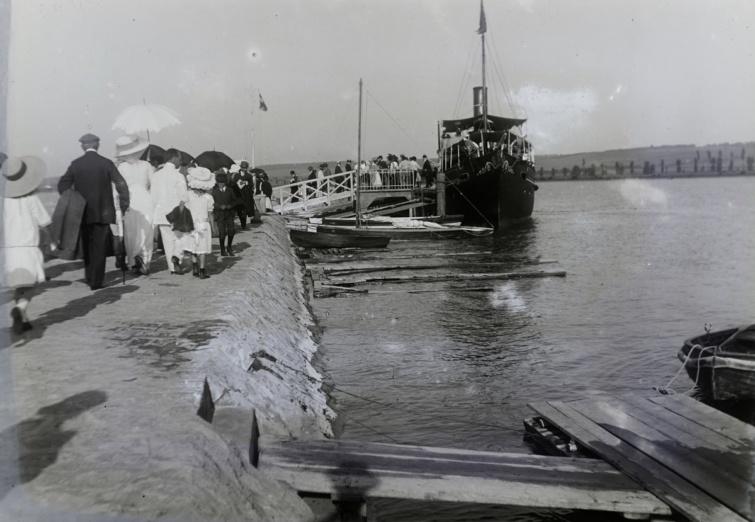 A Helka gőzös ki és beszálló utasai 1912-ben Balatonföldváron.