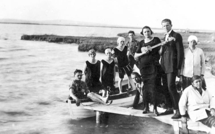 Nyaralók a Velencei-tó partján Gárdonyban, 1927-ben.