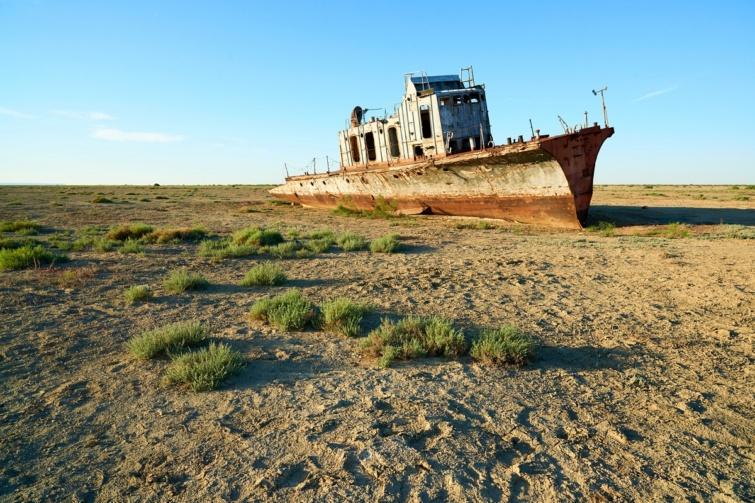 Hajóroncs az Aral-tó kiszáradt medrében.