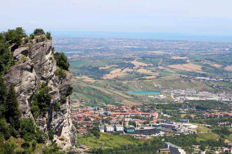 A Titano-hegyről nyíló panoráma, háttérben az Adriai-tengerrel.