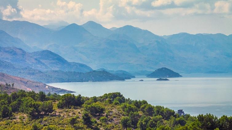 A Shkodrai-tó látképe az albániai Shkodrából.