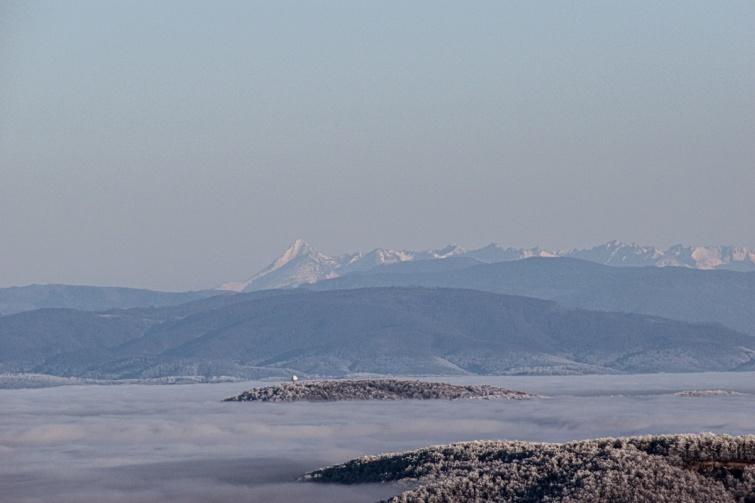 A hegyekből nyíló panoráma Parádsasvár környékén.
