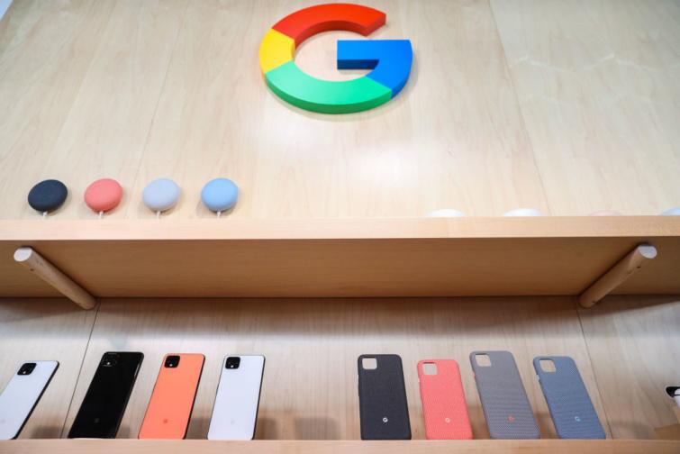 Kiállított Google Pixel 4 telefonok és telefontokok.