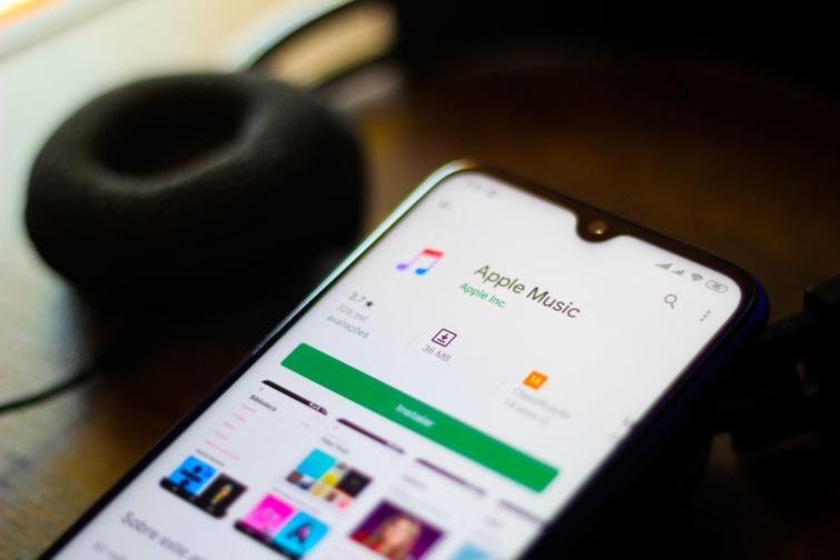 Apple Music app fut egy telefonon.