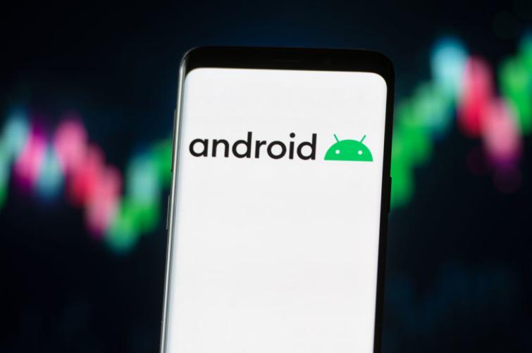 Android illusztráció egy telefonon.