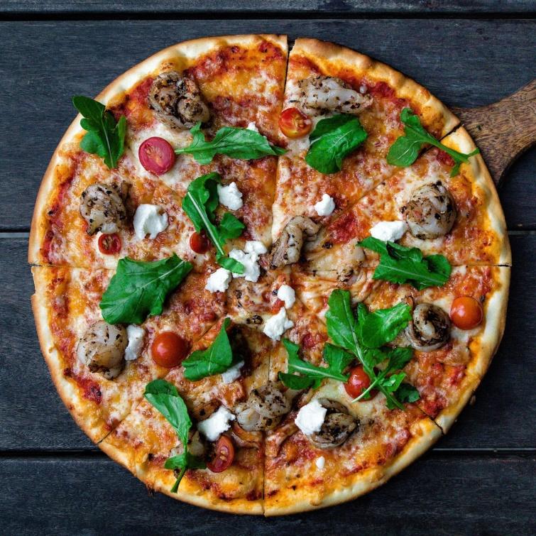 Olasz pizza bazsalikomlevelekkel.
